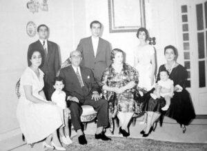 السيدة بهيرة الدالاتي مع الرئيس شكري القوتلي وأولادهم.