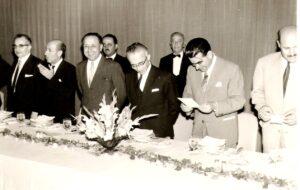 الرئيس العظمة مع رئيس الجمهورية ناظم القدسي وأعضاء الحكومة سنة 1962.