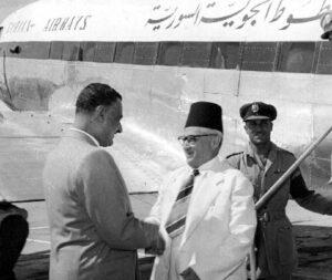 الرئيس جمال عبد الناصر مستقبلاً الرئيس سعيد الغزي في القاهرة.