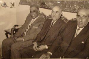رشدي الكيخيا جالساً بين الرئيس شكري القوتلي والرئيس جمال عبد الناصر سنة 1958.
