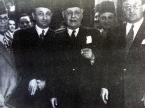 نبيه العظمة محاطاً بصبري العسلي وميخائيل إليان سنة 1947.