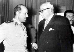 اللواء عفيف البزرة مع وزير الدفاع خالد العظم سنة 1957.