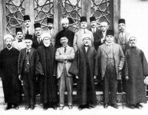 محمد كرد علي يتوسط أعضاء مجمع اللغة العربية سنة 1919.