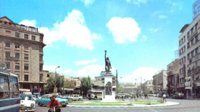 تمثال الفلاح في وسط بوابة الصالحية.
