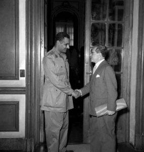 السفير الأرمنازي مع الرئيس جمال عبد الناصر سنة 1955.