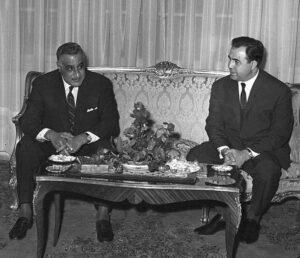 الرئيس جمال عبد الناصر مستقبلاً الرئيس نور الدين الأتاسي في القاهرة.