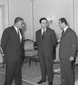 الرئيس نور الدين الأتاسي في مصر سنة 1968، بين اللواء صلاح جديد والرئيس جمال عبد الناصر.